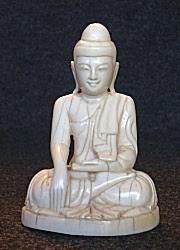 بودرة عاجية جميلة من بورما (4 بوصات) جالسة في مكان شاهد على الأرض أو موحود bhumisparsha - أواخر القرن التاسع عشر