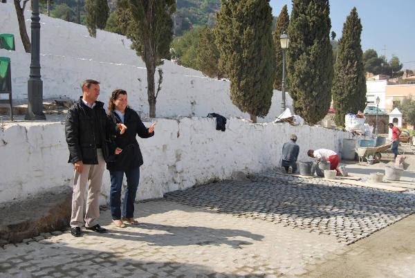 El edil de Turismo y la concejala de Patrimonio en las obras del Calvario de Sagunto. EPDA