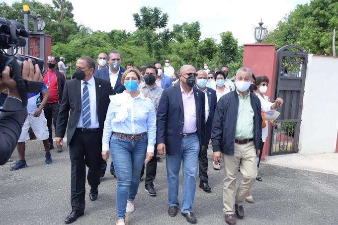 DIPUTADOS VISITAN LUGAR DONDE EXPLOTÓ BOMBA DE GAS EN LICEY AL MEDIO