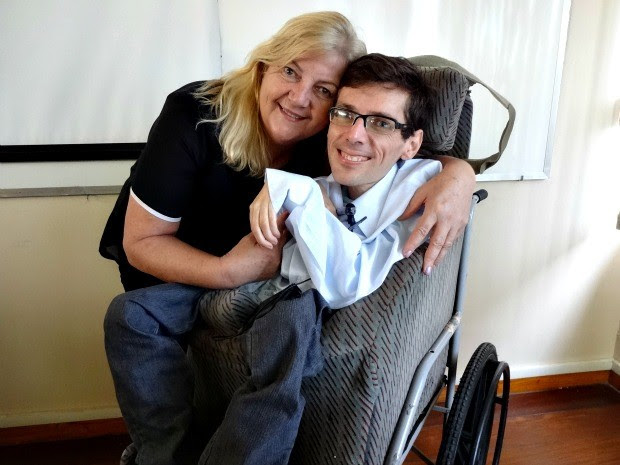 Orgulhosa, a mãe de Claudio sempre garantiu educação e saúde ao filho (Foto: Luiza Carneiro/ G1)