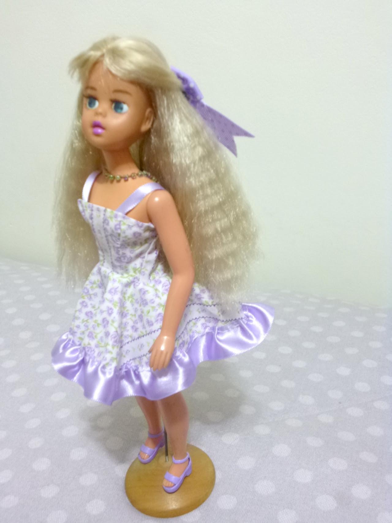 Susi com um novo vestido costurado à mão