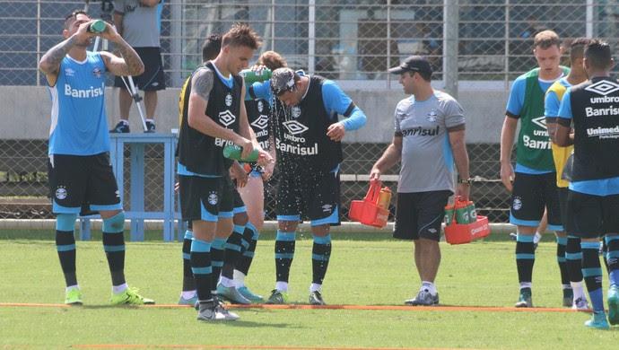 0466a9a7ec5d9 ... grupo do Grêmio calor água treino (Foto  Eduardo Moura GloboEsporte.com)