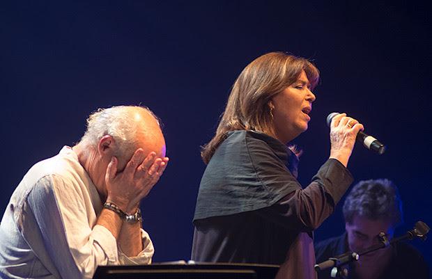 Joan Isaac emocionado con la interpretación de Maria del Mar Bonet. © Xavier Pintanel