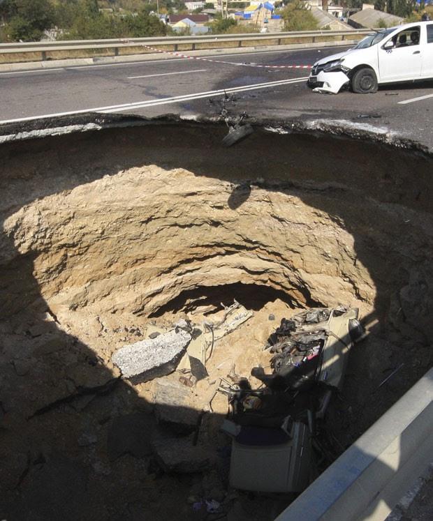 Acidente aconteceu na noite de sábado (28) em estrada que liga Nikolayev a Yevpatoria  (Foto: Pavel Rebrov/Reuters)