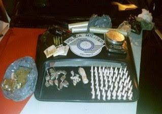 Suspeito foi localizado com as drogas em terreno baldio. (Foto: Divulgação/Polícia Militar)