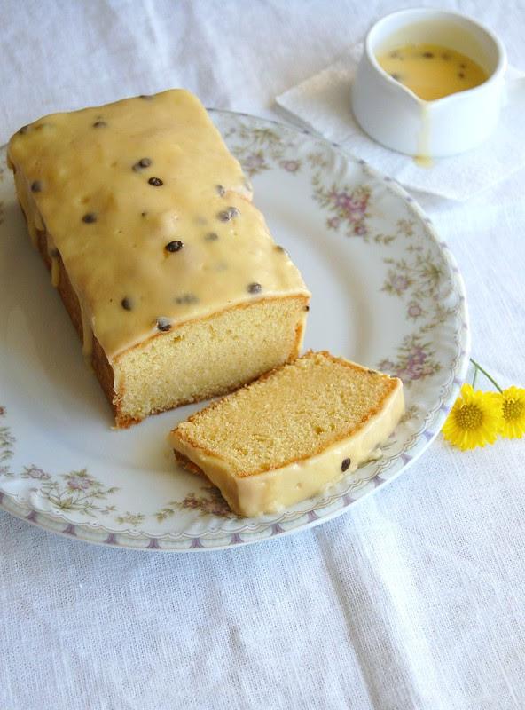 Fresh orange pound cake with passion fruit icing / Bolo de laranja com cobertura de maracujá