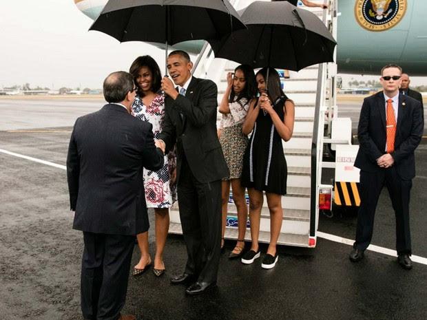 Barack Obama chega no Aeroporto de Havana neste domingo (21) acmopanhado da mulher Michelle Obama e das filhas Sasha e Malia (Foto: Pete Souza/ White House/ Facebook)