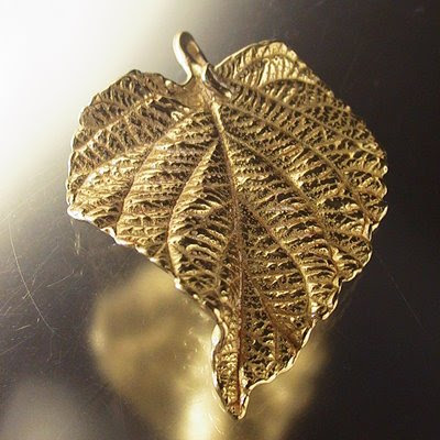 95903005 Metal Charm/Pendant - Curved Crinkly Leaf - Yellow Bronze (1)