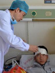 一位医生正在检查在昆明暴力袭击中受伤的患者。