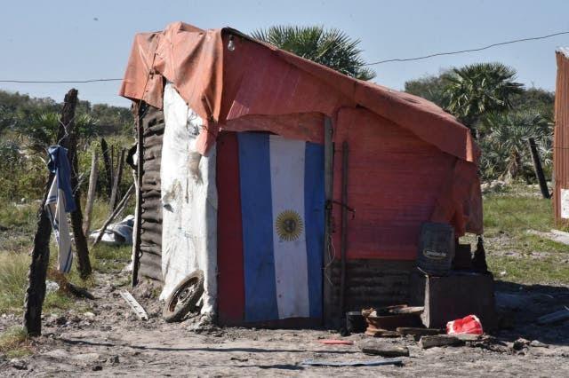 """Asentamiento. En el barrio San Antonio, vivienda precaria de una familia que llegó del interior y espera que el gobierno le entregue un """"módulo habitacional"""": un ambiente de 3 por 3 y un ba?o"""