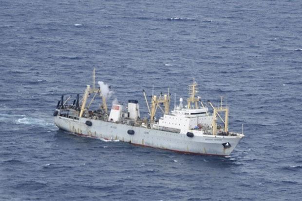 Navio do ministério russo das emergências é visto da janela de um helicóptero durante operação de resgate pelo navio russo Dalniy Vostok, que afundou perto de Kamchatka (Foto: Russian Emergency Ministry/Reuters)