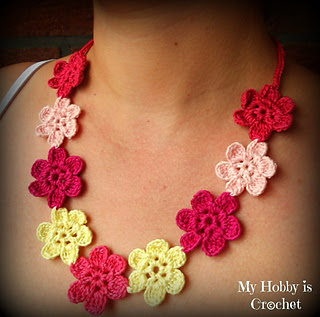 Crochet_flower_necklace_small2
