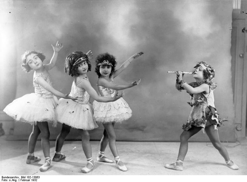 File:Bundesarchiv Bild 102-13063, Berlin, Kinder beim Ballett.jpg