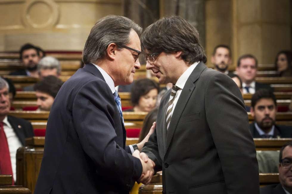 Artur Mas y Carles Puigdemont, durante el debate de investidura de este último en enero de 2016.