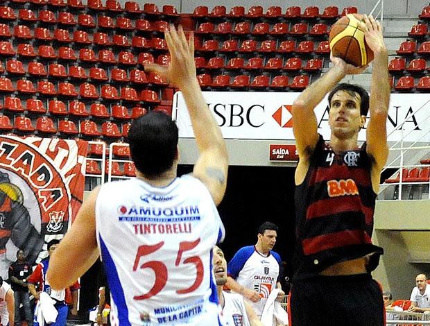 Marcelinho na partida de basquete entre Flamengo contra o Quimsa