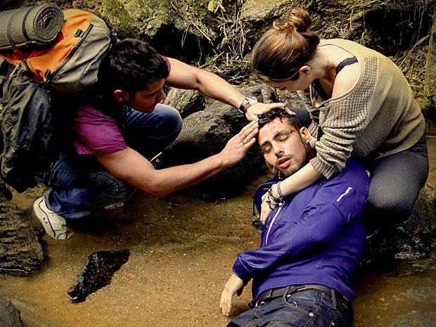 Débora se desespera ao ver seu amado ferido (Foto: Avenida Brasil / TV Globo)