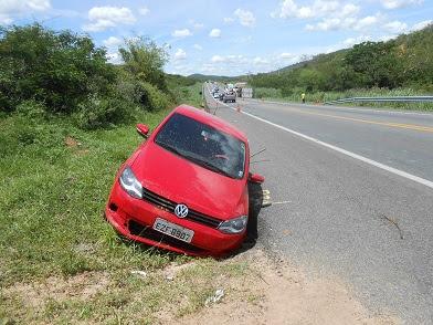 Motorista do Fox após a colisão projetou-se o veículo na margem da pista