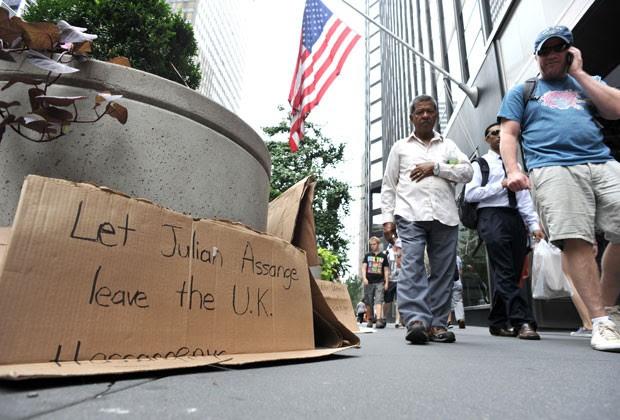 Proesto é feito em frente à embaixada britânica em Nova York (Foto: AFP)