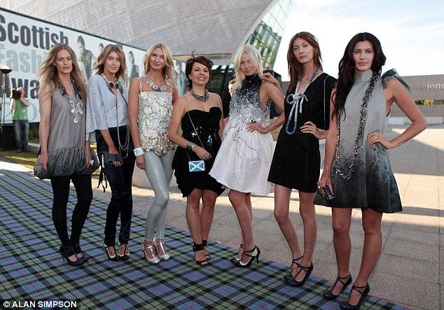 Perca Hendrick, na foto segundo da direita em 2010 no Fashion Awards escocês, foi recentemente eleita a mulher mais elegante da Escócia no Style Awards Scotland