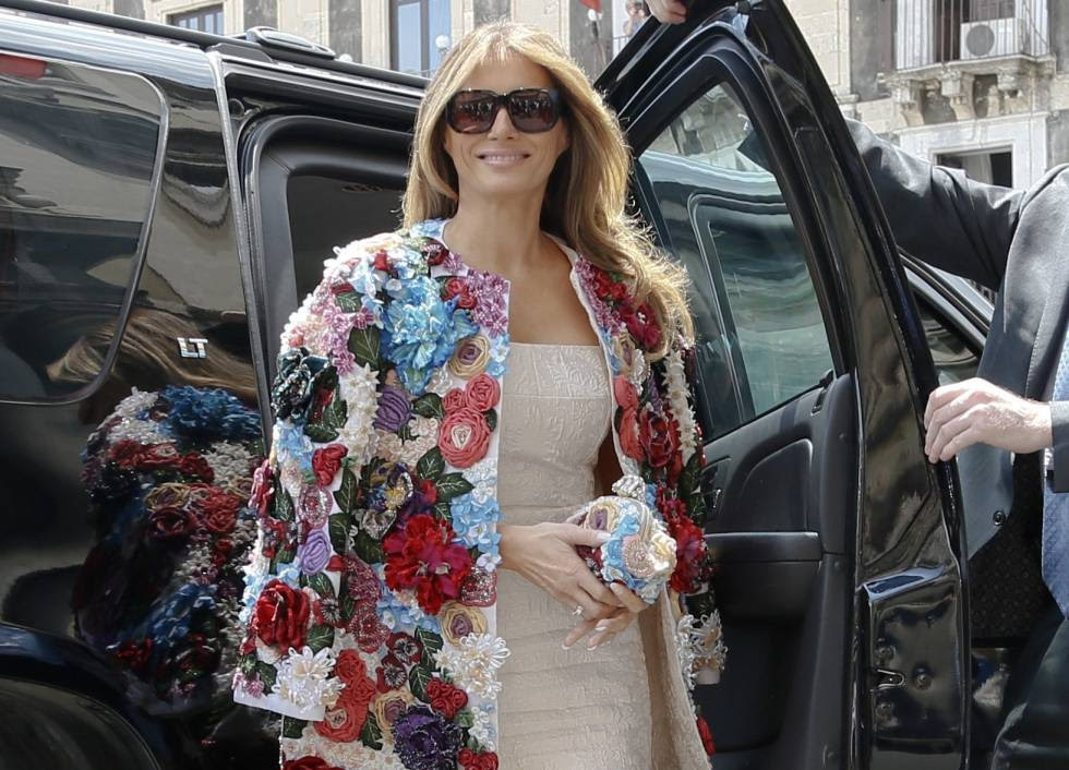 Melania Trump con la polémica chaqueta de Dolce & Gabanna sobre los hombros.