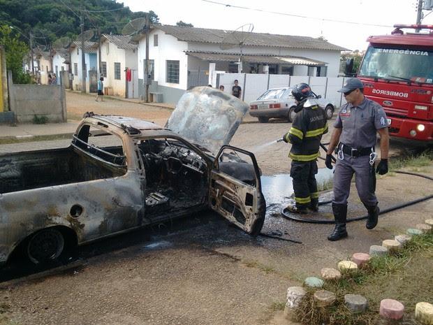 Veículo pega fogo em Bom Jesus dos Perdões (Foto: Rodrigo Big/ Vanguarda Repórter)