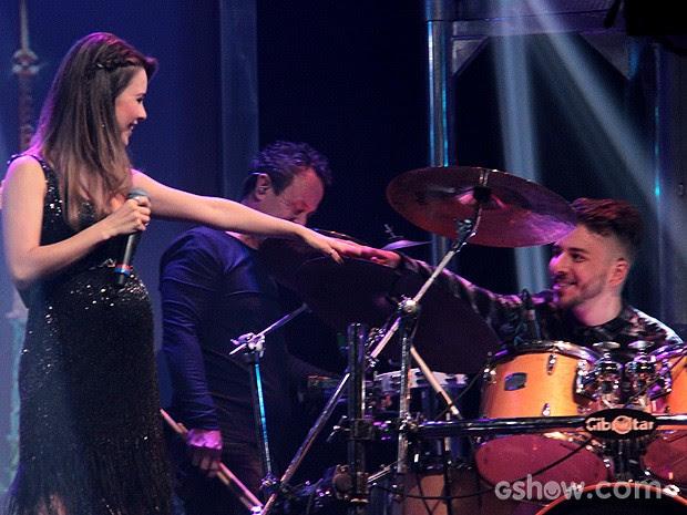 Sandy vai até o irmão durante o musical do Programa do Jô (Foto: TV Globo/Programa do Jô)
