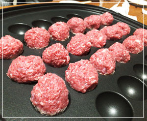 赤身多めの豬肉ミンチは、たこ焼きプレートでこんがり焼きます