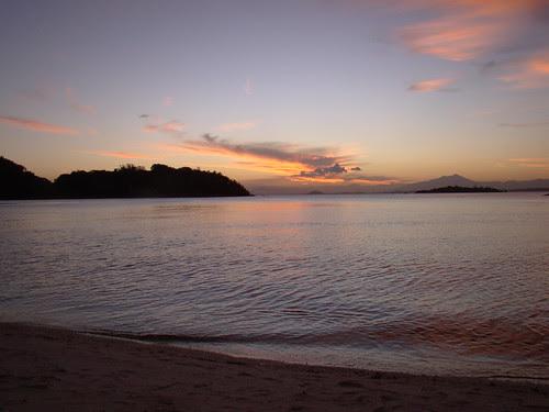 O mar passa saborosamente a língua na areia ... by Ana Pinta