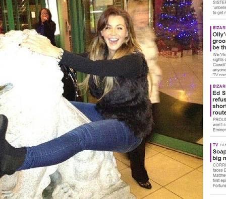 ... e monta sobre uma estátua de um leão