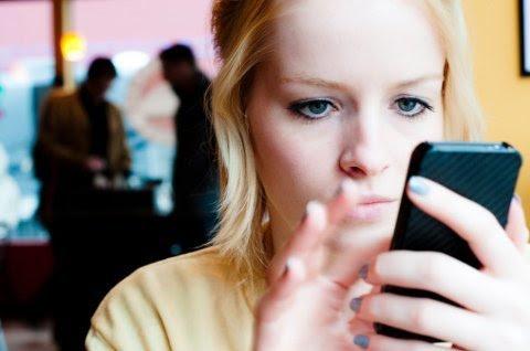 Lạm dụng smartphone gây hại cho sức khỏe. Ảnh: Getty.