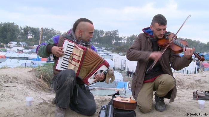 Frankreich Flüchtlingslager Calais - Warten auf die Räumung (DW/D. Pundy)