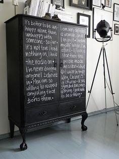 Pintura de #pizarra no solo en la pared, vía Lalole Blog #mueble #decoracion