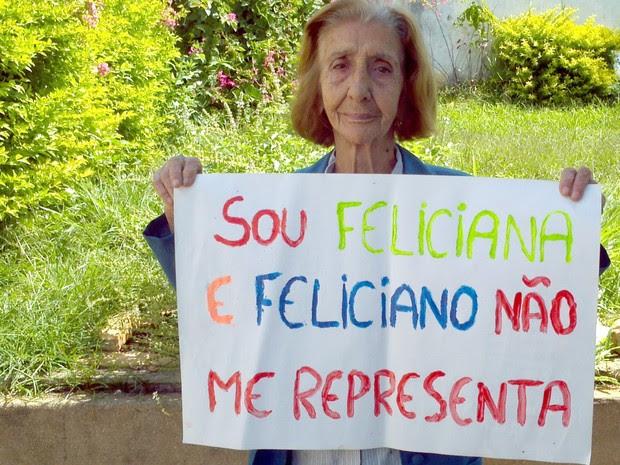 Feliciana mostra cartaz que usou em protesto em frente a igreja em Passos (Foto: Feliciana Maia / Arquivo Pessoal)