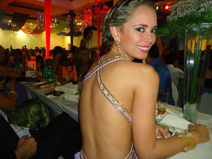 La espalda desnuda de Maria Rene Salazar Antelo