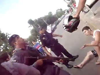 Estudantes foram presos e agredidos durante protesto em Cuiabá (Foto: Reprodução/TVCA)