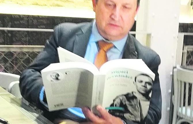 AUTOR. José Luis Ferris hojea un ejemplar antes de la presentación en Madrid.