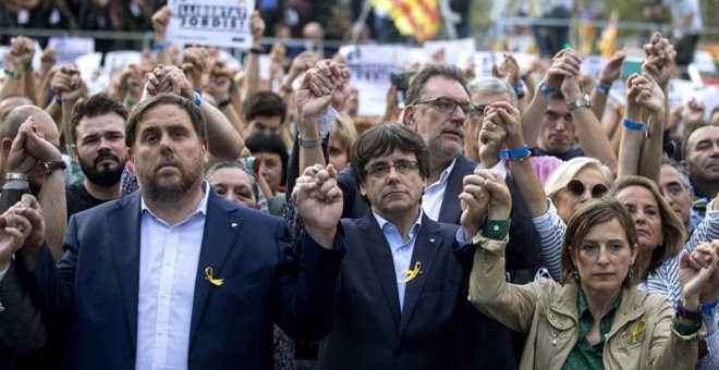 El presidente de la Generalitat, Carles Puigdemont; el vicepresidente Oriol Junqueras y la presidenta del Parlament, Carme Forcadell, durante la manifestación convocada por la Mesa por la Democracia para pedir la libertad de Jordi Sànchez y Jordi Cuixart,