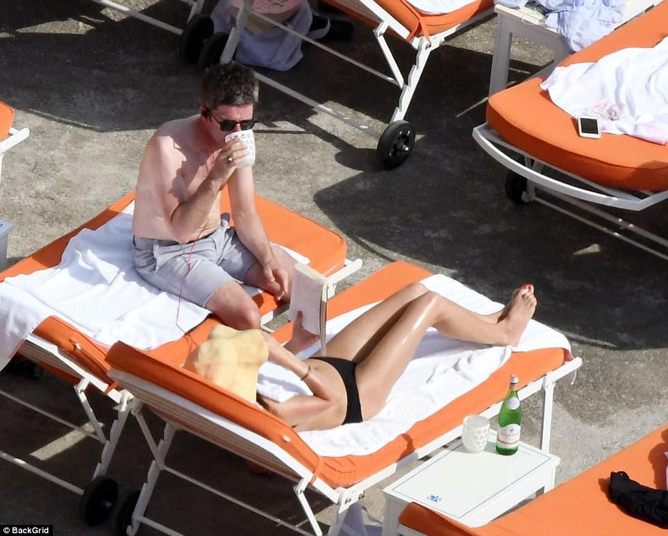 Tomando algum tempo para si: o casal tomou sorvete de água, enquanto Sara lia um livro enquanto encobertava com um bonito sunhat
