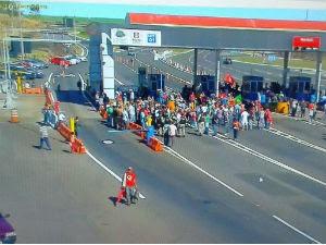 Manifestantes fecham praça de pedágio em Jacarezinho, na BR-369 (Foto: Divulgação / PRF)