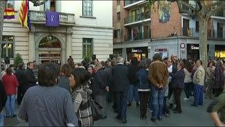 Concentració davant de l'Ajuntament de Sant Feliu de Llobregat contra la violència masclista, la tarda de dijous