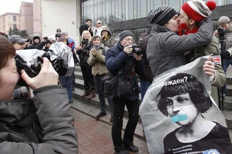 Dos activistas se besan durante el acto de protesta.   Reuters