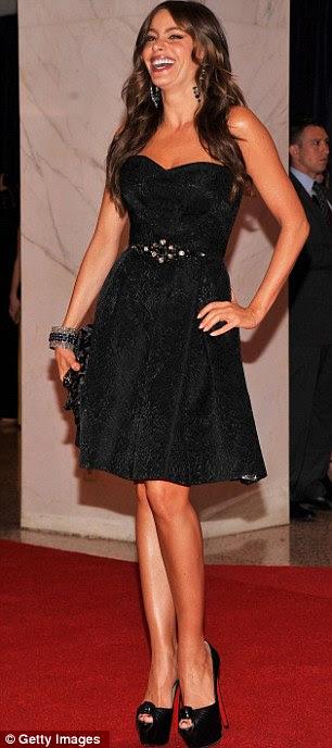 A grande revelam: Sofia Vergara usava um menor número preto, completo com cinto e saia rodada, teamed com saltos Louboutin altas