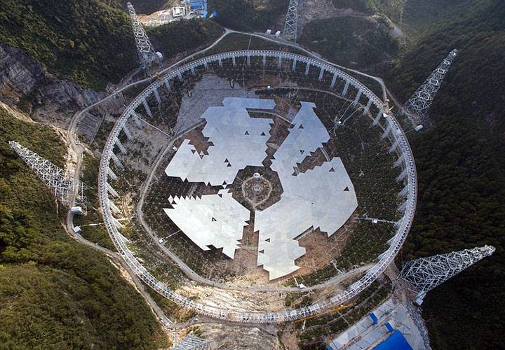 El nuevo radiotelescopio es tan grande que si caminaras a su alrededor tardarías 40 minutos en recorrer toda su circunferencia.