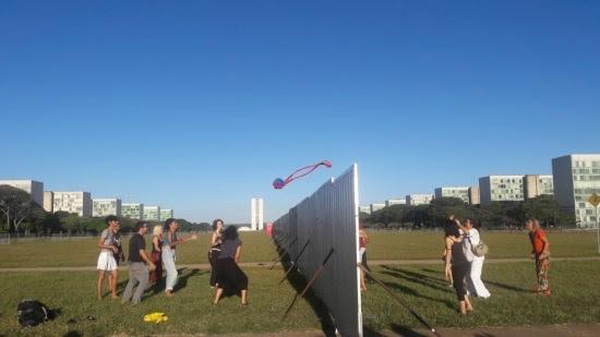 Grupo resolveujogar volei no muro instalado para separar manifestantes pró e contra o impeachment naesplanada dos ministérios, em Brasilia.
