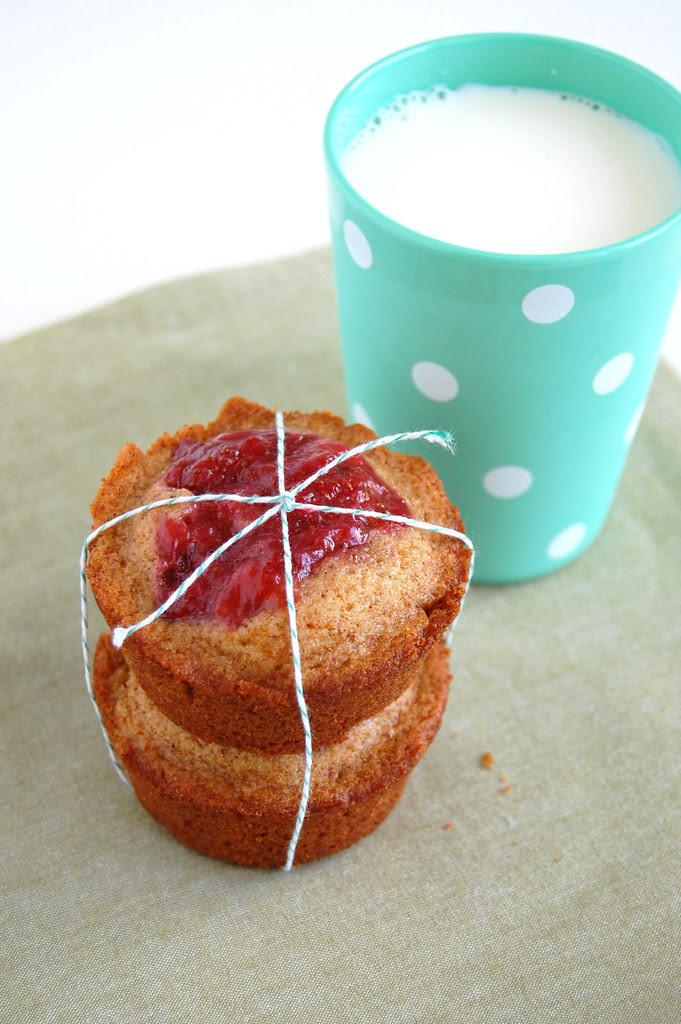 Baby spice and strawberry butter cakes / Bolinhos de especiarias com geléia de morango caseira