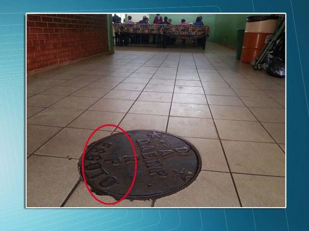 Escola em Ribeirão Preto tem bueiro de esgoto perto da mesa do refeitório dos alunos (Foto: TV Globo/Reprodução)