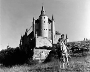 El actor Franco Nero a caballo en el film Camelot (1967).