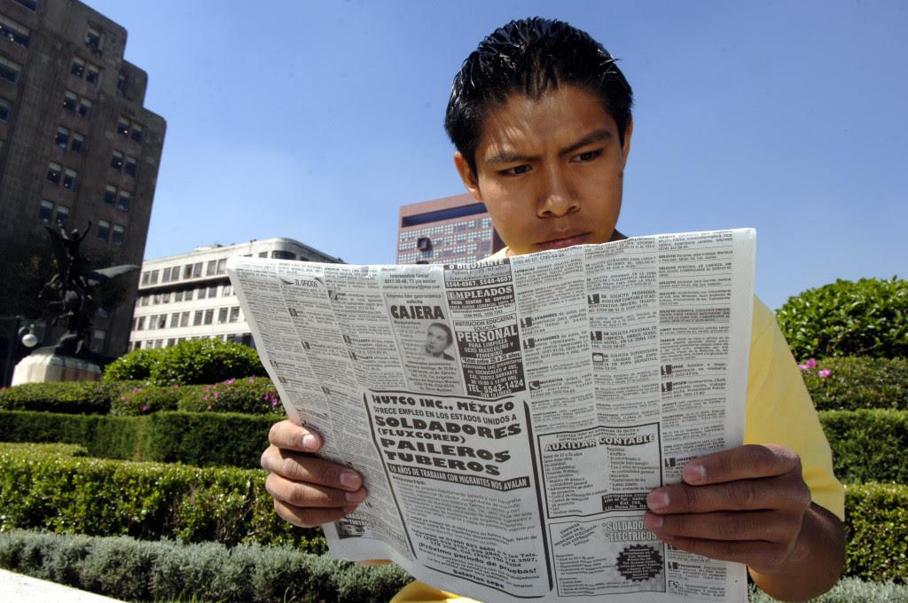 Un joven desempleado consulta el diario para buscar trabajo. Foto: Benjamin Flores / Proceso