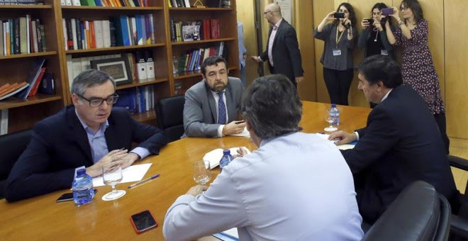 El portavoz parlamentario del PP, Rafael Hernando (2d, de espaldas), junto al diputado José María Bermúdez de Castro (d), y el portavoz de Ciudadanos, Juan Carlos Girauta (i), con el secretario general del grupo, Manuel Gutiérrez (2i), durante la reunión.