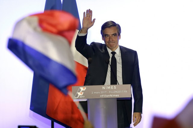 En s'accrochant, François Fillon (photo) «emporte son camp... (PHOTO AP)
